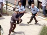 Polise kılıçla saldırdı