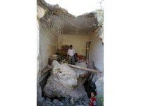 Kaya deprem anında evin üstüne düştü