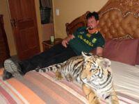 foto-galeri-170-kiloluk-kedisiyle-ayni-yatakta-12980.htm