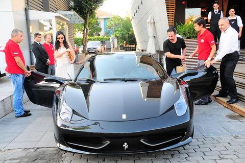 Cem Yılmaz ın Ferrari Sindeki şifre Foto Galerisi Resim 2