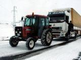 foto-galeri-yolda-kalan-tirlarin-imdadina-traktorler-yetisi-17181.htm