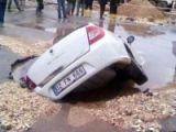 Çöken yol otomobili yuttu