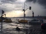 Üsküdar'da deniz ile kara iç içe geçti