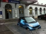 foto-galeri-clever-marketing-installation-sinks-a-smart-fortwo-into-the-pavement-9393.htm
