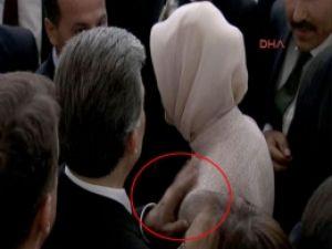 Abdullah Gül Eşi Hayrünnisa Gül'ü Durdurmaya Çalıştı