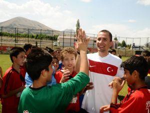 Futbol Köyünün Elçisi Emre Aşık, Erzurum TFF Ülker Futbol Köyünde