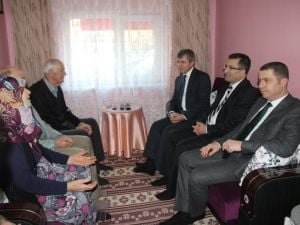 Vali Çınar Çanda Şehit Ailelerini Ziyaret Etti
