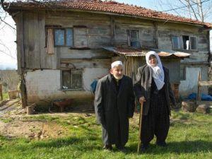 Yaşlı Çift, Her Han Üstlerine Çökecek Bu Binada Oturuyor