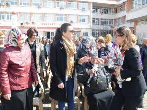Sinopun Kadın Valisinden Kadınlara Karanfil