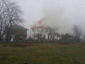 Erfelekte Çatıdaki Yangın Korkuttu