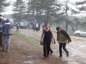 Bahar Yürüyüşünde Bastıran Yağmur Katılımcılara Zor Anlar Yaşattı