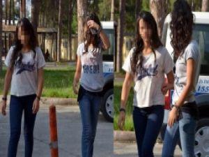 Liseli kızlar fena yakalandı! Heyecan olsun diye