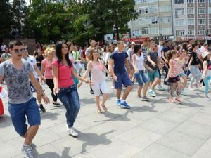 Misafir Dansçılardan Flash Mob Etkinliği