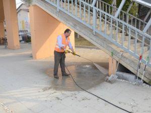 Düzce Belediyesi Üst Geçitleri Temizledi