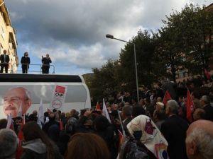 Kılıçdaroğlu, Gençleri Seçim Otobüsünün Üzerine Çıkarıp Selfie Çektirdi