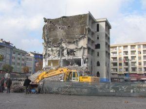 Belediye Binası, Depreme Dayanıksız Diye Hizmete Girmeden Yıkıldı