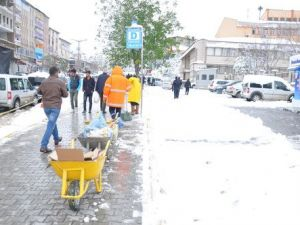 Muşta Etkili Kar Yağışı Nedeni ile 30 Köy Yolu Ulaşıma Kapandı