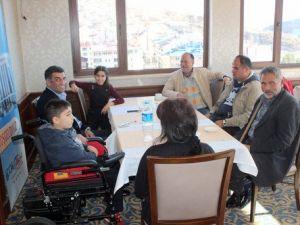 CHPli Vekil, Hasta İki Öğrenciye El Uzattı
