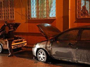 Çorumda İki Otomobil Kundaklandı