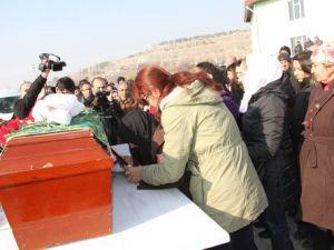 Cinayete Kurban Giden Adliye Katibesi Toprağa Verildi