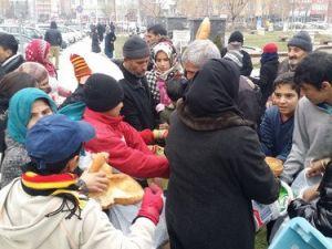 Mahalle Muhtarı Sığınmacılara Günlük Ekmek Dağıtıyor