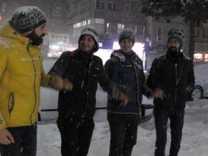 Bitlisliler Yeni Yıla Kartopu ve Halayla Girdi
