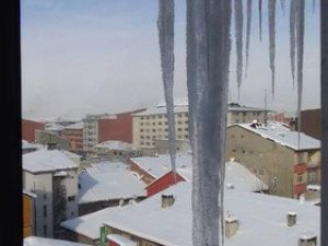 Buz Sarkıtları Tehlike Oluşturuyor