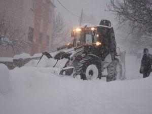 Tatvanda Geceli ve Gündüzlü Karla Mücadele Çalışması Yürütülüyor