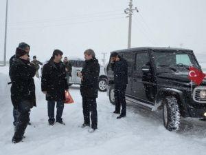 Bitlis Valisinden Karla Mücadele Ekibine Tatlı İkramı