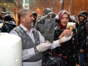 Kar Yağışı Altında Et Satırıyla Dondurma Kesip Dağıttı