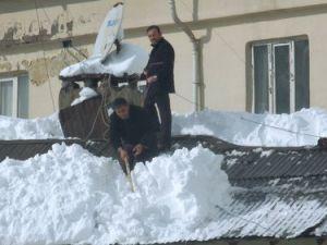Hakkaride Ücret Karşılığında Çatıda Kar Temizliği