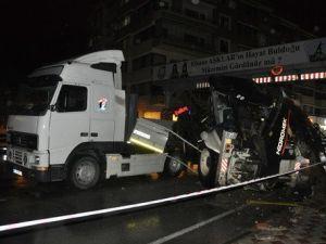 Tırdan Düşen İş Makinesi Otomobilin Üzerine Düştü: 1 Ölü