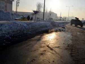 Yüksekovada Polis Aracının Geçişi Sırasında Patlama