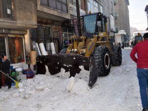 Yüksekovada Kar Temizleme Çalışmaları Devam Ediyor