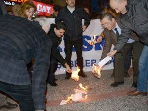 Balıkesir KESK Üyeleri Düşük Zammı Protesto İçin Bordro Yaktı