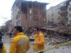 Depremde Zarar Gören 20 Dairelik Bina Çöktü