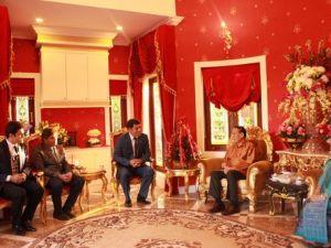 Laos Cumhurbaşkanı, Türk Okulu Heyetini Kendi Evinde Ağırladı
