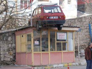 Otomobil Muhtarlığın Çatısına Uçtu
