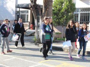 İzmirde Öğrencilerin Karne Sevinci