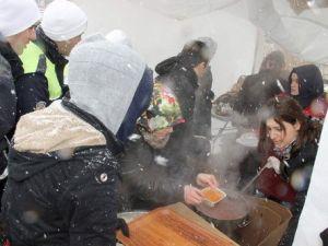 Kar Altında Bin 500 Kişiye Arabaşı İkramı