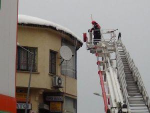 Çatılardaki Buz Sarkıtları ve Karlar Temizleniyor