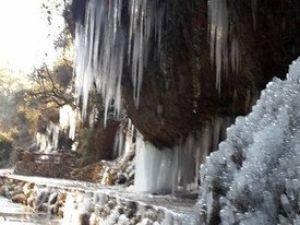 Muğla Donuyor: Bir Mağarada Dev Buz Sarkıtları Oluştu
