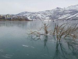 Tuncelide Uzunçayır Barajı Buz Tuttu