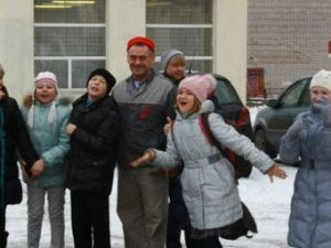Rusyada Bir Hademe, Kar Üstüne Çizdiği Harika Resimlerle Çocukları Sevindiriyor