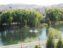 Kırıkkale de vatandaşlar serinlemek için kızılırmak nehri ne