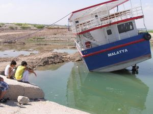 Yan Yatan Geminin Kurtarılması İçin Suyun Çekilmesi Bekleniyor