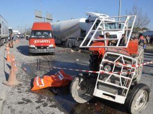Tır, Traktöre Çarptı: 2 Ölü, 1 Yaralı