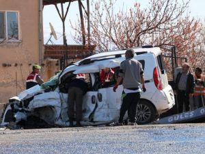 Niğdede İşçi Servisiyle Otomobil Çarpıştı: 3 Ölü, 9 Yaralı