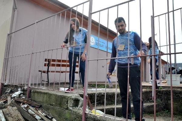 Üniversiteliler Köy Okulunu Boyadı