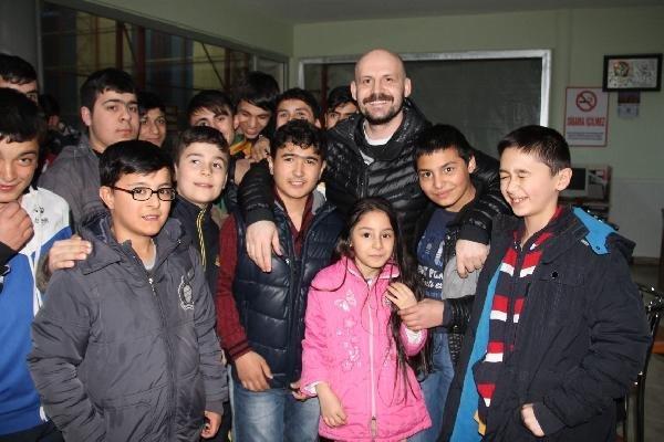 Komedyen Atalay Demirci Eğitim Gördüğü Okula Ziyaret Etti